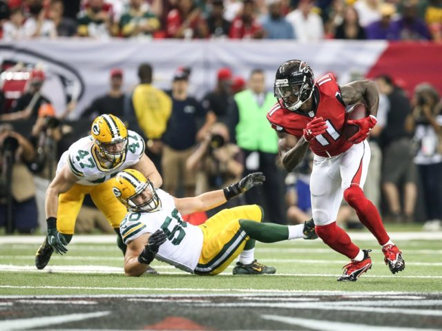 Falcons WR Julio Jones runs past two Packers' LBs